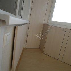 Встроенный шкафы и раскладной столик установленные на лоджии