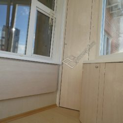 Раскладной столик и распашные шкафы встроенные на лоджии