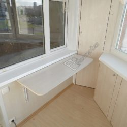 Небольшой раскладной столик и встроенные распашные шкафы на лоджии