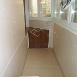 Небольшой встроенный шкафчик на лоджии после ремонта и отделки ПВХ панелями