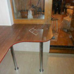 Остекленная, утепленная лоджия со встроенным столом для компьютера изготовленным на заказ