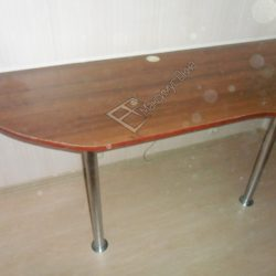 Удобный компьютерный стол на лоджии изготовленный под заказ с ремонтом под ключ