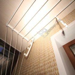 Потолок балкона обшитый панелями из ПВХ
