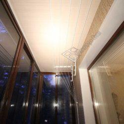 Потолок балкона обшит ПВХ панелями при внутренней отделке после застекления
