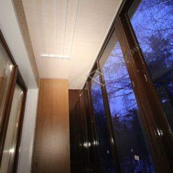 Застекленный алюминиевыми раздвижными окнами балкона отделали изнутри ПВХ панелями