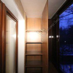 Большой встроенный шкаф изготовленный на заказ для балкона после ремонта под ключ