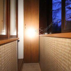 Бесшовные пластиковые панели в обшивке балкона после застекления с выносом