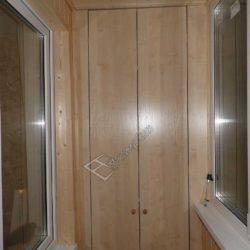 Компактный деревянный шкаф размещен в одной из стен балкона.Основные элементы интерьера и дверь полностью сливаются.