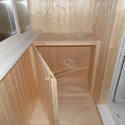 Деревянная тумба компактных размеров.Как видите, дверь открыта а внутри достаточно места для хранения вещей.Белые окна из пластика гармонично сочетаются с бежевым оттенком стен и пола.