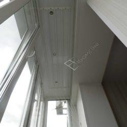 Потолочная сушилка на балконе, совмещенном с кухней