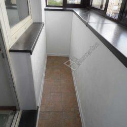Стены обшиты белоснежными пластиковыми панелями, установлены окна из ПВХ профиля темно - коричневого цвета