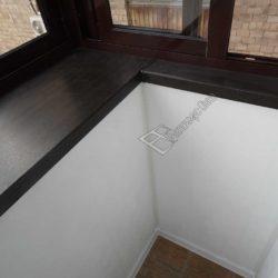 широкий подоконник, место соединения пола и стены декорировано пластиковым уголком