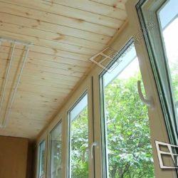 Деревянная вагонка хорошо смотрится не только на стенах - этот материал использован для отделки потолка.
