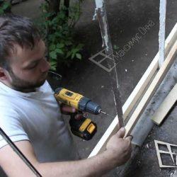 Процесс монтажа обрешетки. Мастер использовал две рейки, которые крепятся друг к другу при помощи саморезов.Работа проводится с особой тщательностью. Нужно следить за тем, чтобы все размеры были соблюдены.