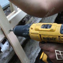 Процесс монтажа обрешетки крупным планом. К ранее закрепленным рейкам закрепляются деревянные планки. Из устанавливают перпендикулярно и фиксируют саморезами.