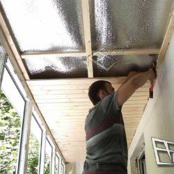 Мастер приступил к обшивке потолка деревянной вагонкой.Каждый элемент плотно подгоняется друг к другу.Нет никаких щелей и промежутков