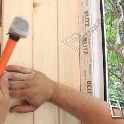 Отделка стен деревянной вагонкой.Мастер тщательно подгоняет каждую планка друг к другу.Для крепления используются дюбеля и молоток.В качестве опоры используется обрешетка, смонтированная ранее.