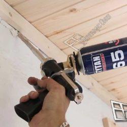 Мастер проводит герметизацию швов после монтажа деревянной вагонки.Используется качественная монтажная пена.Подобные работы будут выполнены по всему периметру потолка.