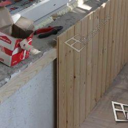 Отделка стен деревянной вагонкой.Обратите внимание - доски плотно прилегают к полу.Крайне важно, чтобы не было швов.