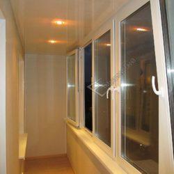 Продолжение нашей фотогалереи.Этот снимок посвящен системе остекления. Вы можете видеть окна, которые открываются в различных положениях.Они изготовлены из качественного ПВХ профиля.Подобное решение особенно актуально для балкона с ограниченной площадью.