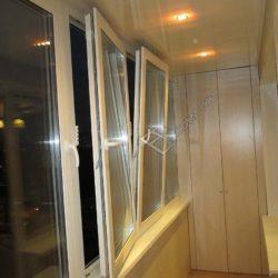 Балкон, обшитый пластиковыми панелями бежевого цвета.В темное время суток помещение освещается точечными светильниками с экономными лампами.Обратите внимание на окна - они могут быть открыты в различных положениях.В кадре присутствует шкаф, изготовленный и установленный сотрудниками нашей компании.