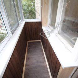 отделка балкона деревянными панелями темного оттенка