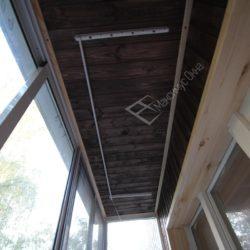 отделка потолка деревом в темно - коричневых тонах