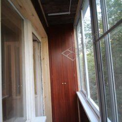 отделка балкона деревом и мебель
