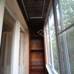 двустворчатый шкаф с открытыми дверями