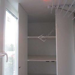 Наполнение встроенного шкафа на лоджии с обшивкой пластиковыми панелями