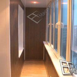 Объединенная с комнатой лоджия обшита ламинированными пластиковыми панелями