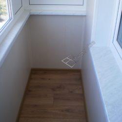 фото обшивки балкона пластиковыми панелями в бежевых тонах