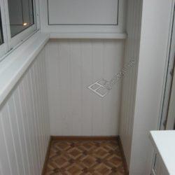 фото обшивки маленького балкона ПВХ вагонкой под ключ