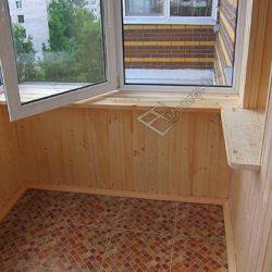 фотография демонстрирует обшивку балкона недорогой деревянной вагонкой А класса