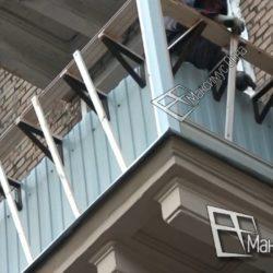 Начало работ по обшивке балкона сталинки сайдингом