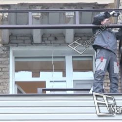 Монтаж раздвижного остекления на балконе сталинки