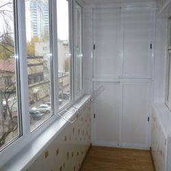 Встроенный шкаф для балкона из пластикового профиля