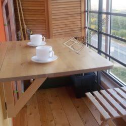 Откидной столик для столовой на балконе и шкаф с распашными дверцами