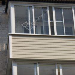 небольшой балкон хрущевки с крышей из профнастила