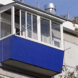 балкон в панельной хрущевке с установленной крышей из профнастила