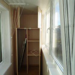 Изготовленный на заказ для лоджии встроенный шкаф с антресолью