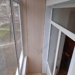 Встроенный шкаф сделанный под заказ для лоджии с ремонтом под ключ