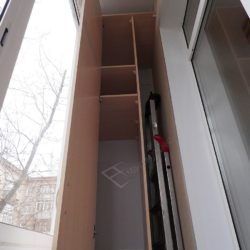 Удобный встроенный на заказ балконный шкаф