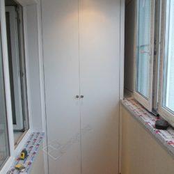 Под заказ для лоджии изготовлен встроенный распашной шкаф