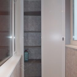 Встроенный на лоджии шкаф с раздвижными дверями