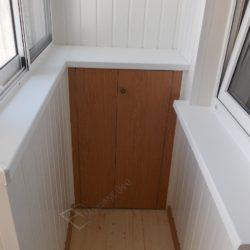 Встроенный шкаф на балконе после остекления и внутренней отделки вагонкой