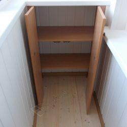 Распашной встроенный шкафчик сделанный на заказ для балкона при ремонте