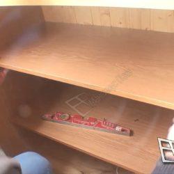 Установка полок при сборке встроенного шкафа после ремонта