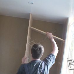 На отделанном пластиковыми панелями балконе устанавливают сделанный под заказ шкаф