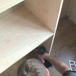Оборудование балкона после внутренней отделки встроенным шкафом на заказ